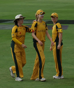 Ellyse Perry heads off the field after a finger injury